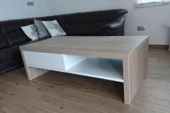 Moderna miza sredi dnevne sobe