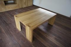 Masivna mizica na sredini dnevne sobe
