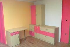 Klasično pisarniško pohištvo z mizo in omarami