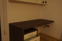 Sodobna pisarniška miza s predalnikom in visečo omaro