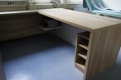 Ogromna stabilna pisalna miza z nekaj predali in polico za tiskalnik
