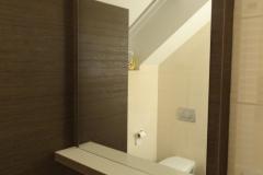 Ogledalo v elegantnem okvirju v kopalnici