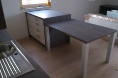 Masivna miza v moderni kuhinji