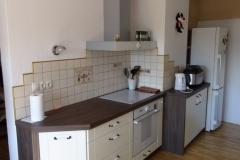 Moderna kuhinja z lepim kontrastom lesne strukture