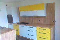 Kuhinja v kombinaciji lesne strukture in rumene/bele