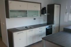 Moderna kuhinja v beli barvi