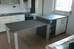Masivna miza v kuhinji