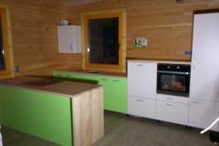Klasična kuhinja v zeleno beli kombinacij