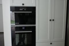 V omari kuhinje vgrajena pečica