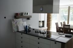 Elegantna kuhinja v bela-lesna struktura izvedbi