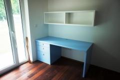 Delovna miza z omara v otroški sobi