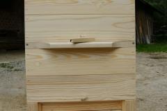 Sprednja perspektiva panja, ki je nato barvo markiran za orientacijo čebelj