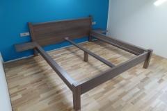Moderna masivna postelja