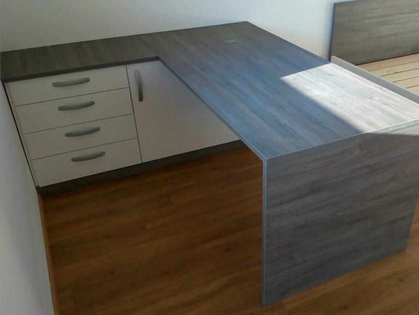 Moderna pisalna miza v pisarni po naročilu